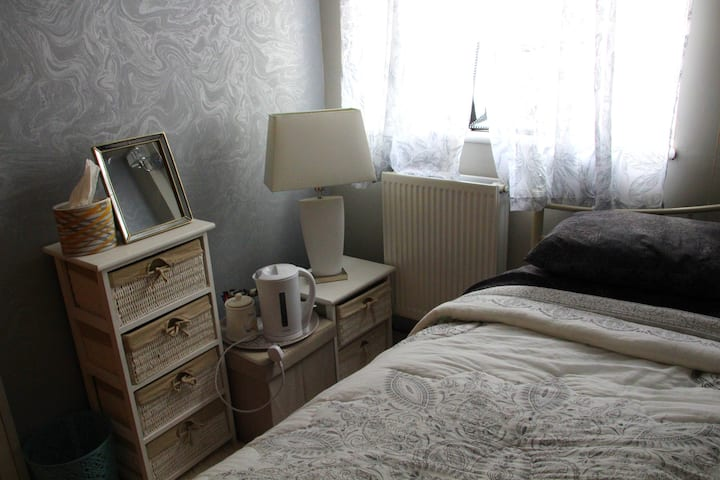 Small single bedroom with single bed size Daybed