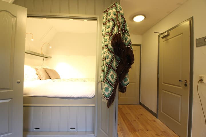 Sleeping in a traditional and cosy cupboard bed!