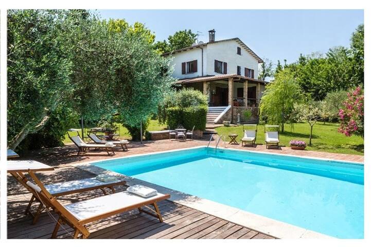 Villa immersa nel verde con Piscina vista mare
