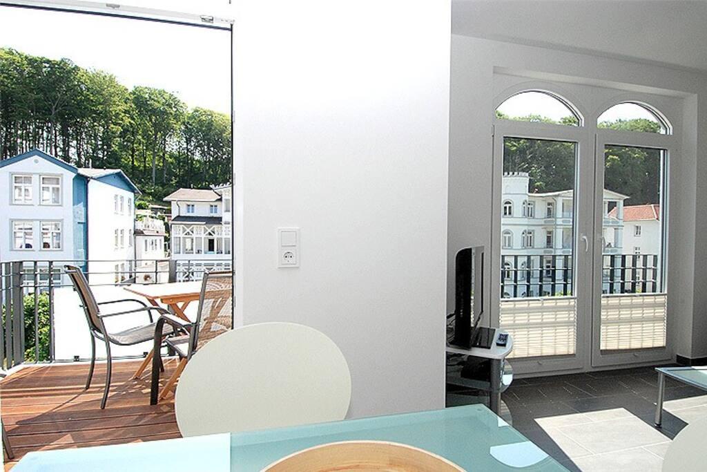 Das Wohnzimmer mit Blick auf den Balkon in der Wohnung 11 der Villa Lena.