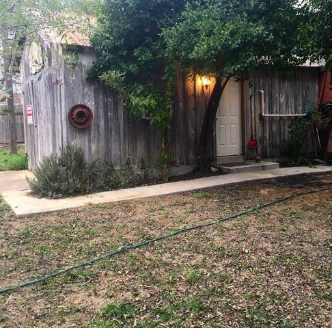 Cozy studio in the middle of town. - Cotulla - Lejlighed