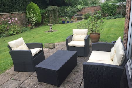 double bedroom and private bathroom - Chiseldon - Hus