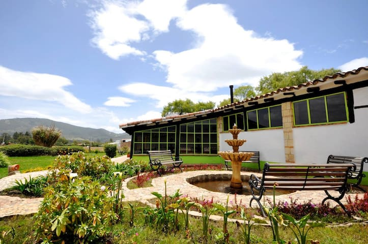 The Library at Café la Huerta - Guasca - Bed & Breakfast