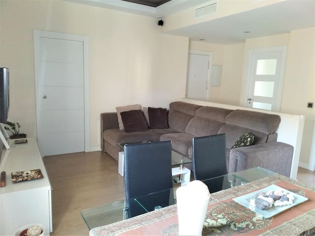 Amplio salón y cómodo sofá