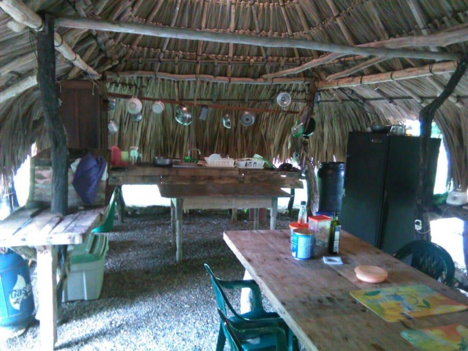 Area de la cocina con fogon a gas y a leña y refrigerador y full dotacion de cocina