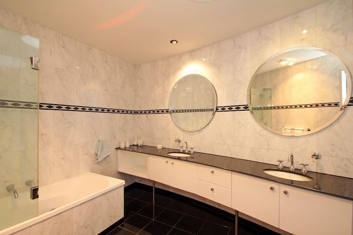 Luxurious bathroom, seperate toilet