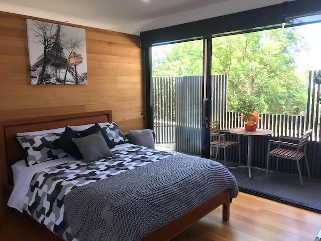 Middle Park Studio Apartment - Beach Oasis