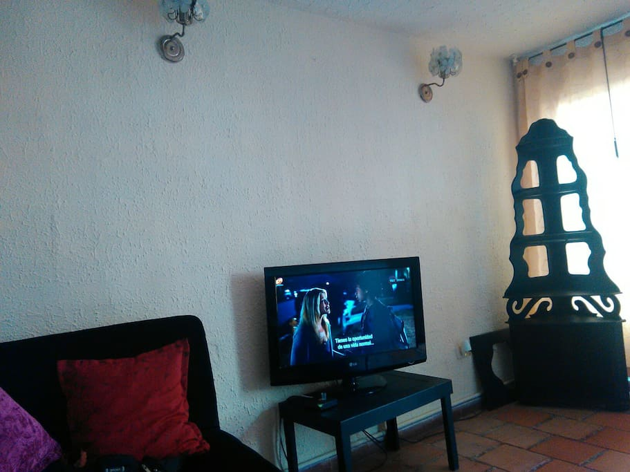 Podrás estar en los diferentes  espacios de la casa como la sala en donde esta el tv es un lugar agradable y comodo