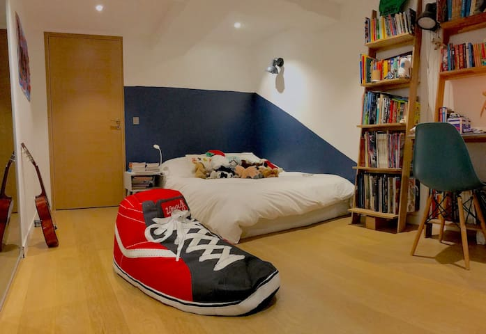 Teenroom 2 with queensize bed / Chambre double  avec lit de 140cm