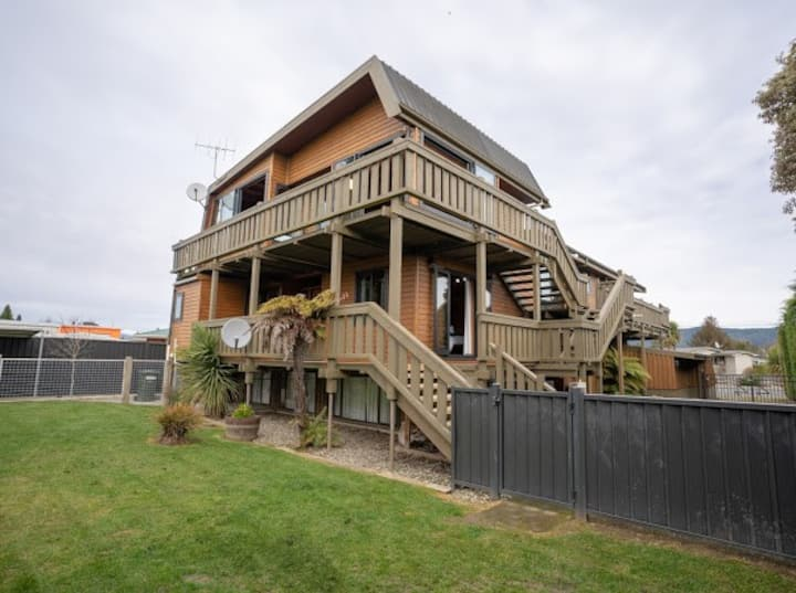 Fiordland Retreat - Large Te Anau holiday house!
