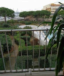 Studio vue piscine et port - Agde - Lejlighed