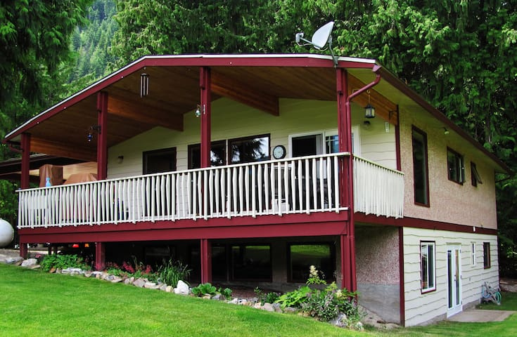 The Big Ease, Sicamous  -  Winter $240/night