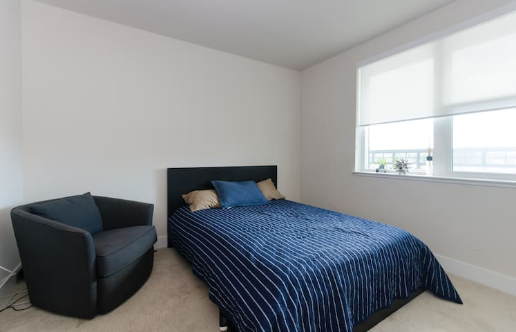 Gorgeous 1-BR with a balcony + view - Redwood City - Apartment