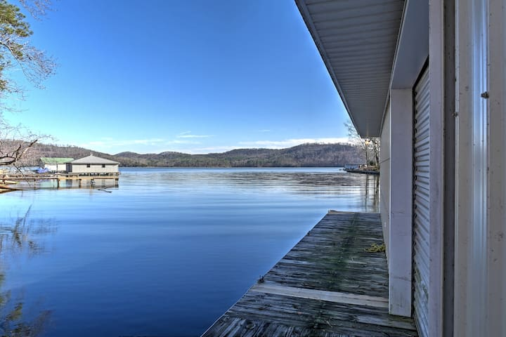 'Paradise Cove'  Lakeside Guntersville Cabin w/ Patio!