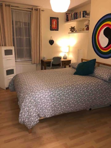 Bright double room (2) & double bed