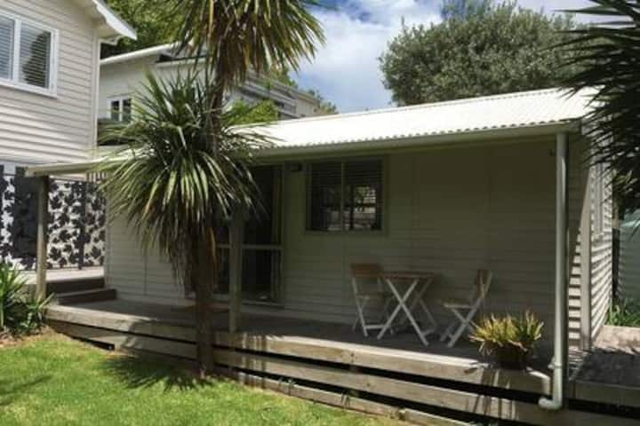 Sunny garden studio, popular inner city suburb