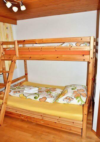 1 Dreibettzimmer mit Etagenbett (unteres Bett für 2 Personen - 1,40 Meter Breit und 2 Meter Lang)