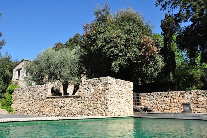Tranquila casa de vacaciones con piscina en Vence