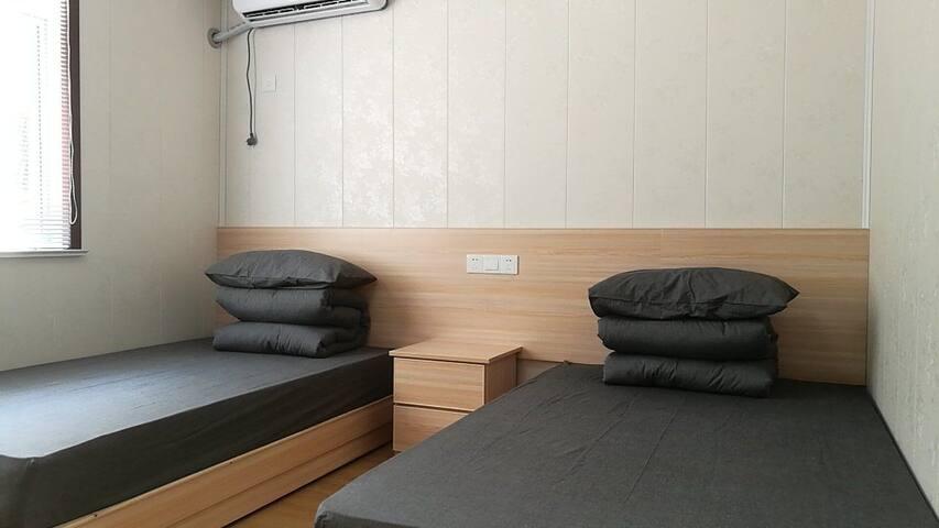 普通标准间,没房两张床铺,床上用品均是无影良品,房间还拥有独立卫生间 - Wuxi - Skjul