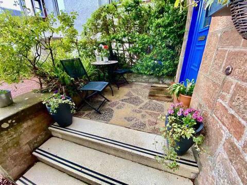 Stylish, spacious, sunny main door apartment