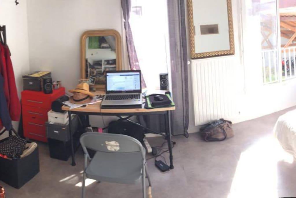Chambre avec bureau et penderie