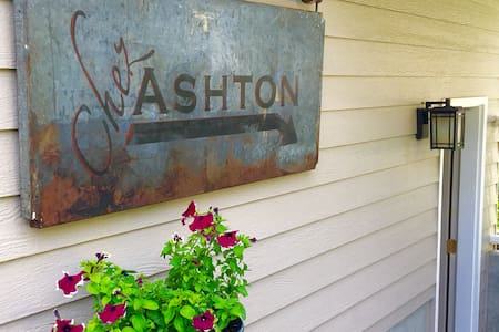 CHEZ' ASHTON a celebrated & modern continental BnB - Spokane