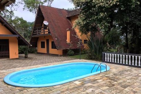 Encantadora casa de montanha na beira do lago
