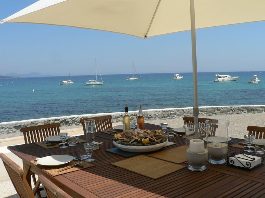 Salle à manger extérieure donnant sur la mer