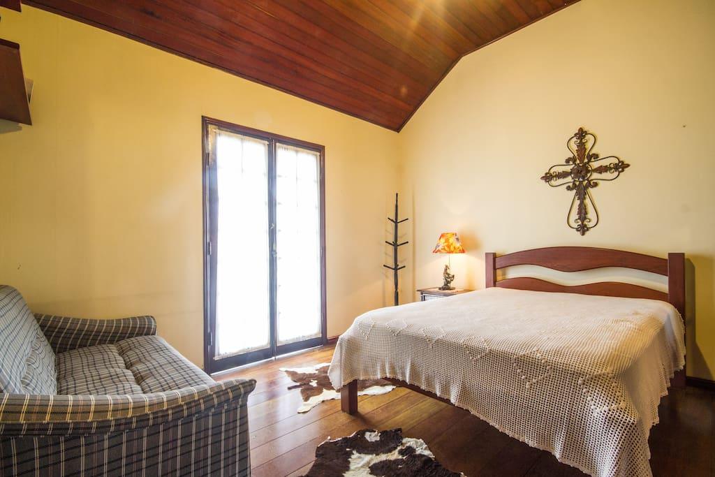 Quarto suite com cama de casal e bicama. Temos aquecedor no quarto.