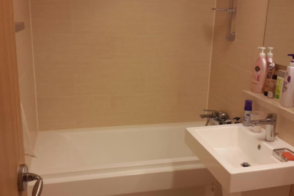 bath room with toiletries