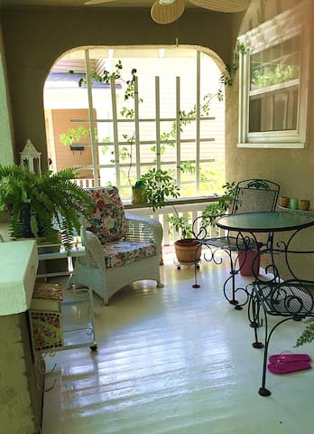 Private room & bath in historic home near downtown - Lawrence - Rumah