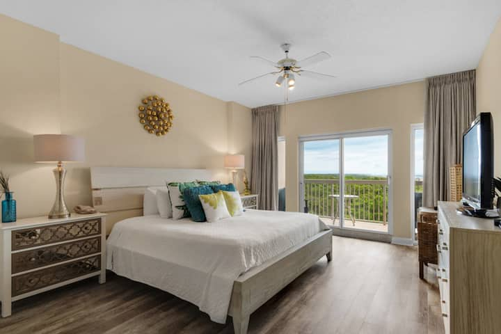 Romantic getaway w/great views from furnished balcony, shared pool and hot tub!