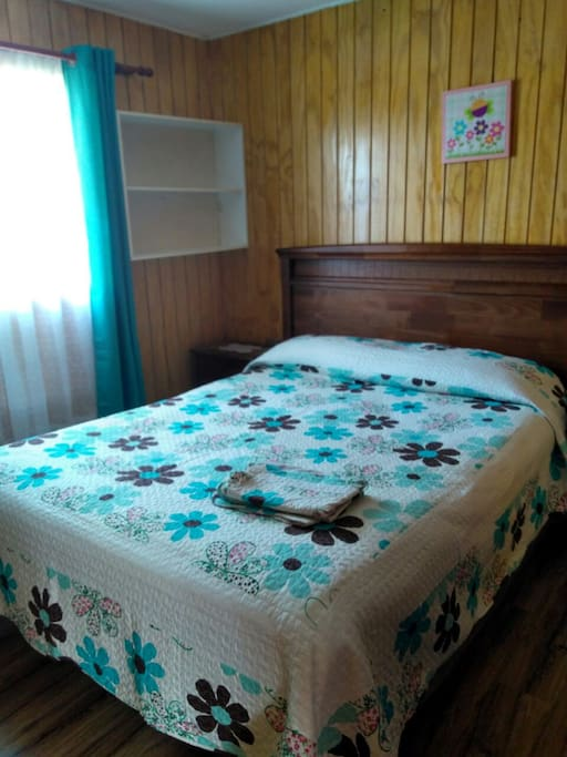 Dormitorio con cama de 2 plazas, cuenta con closet.