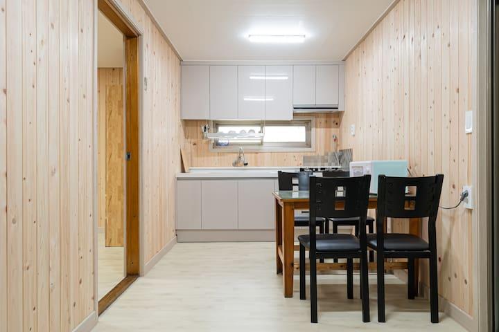 군산의 맛집들이 가까운 향긋한 편백나무 향기의 휴식공간입니다.[단독 욕실, 주방, 2룸]