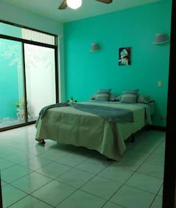 Esta habitación es nuestra mejor opción com un pequeño jardín y baño privado