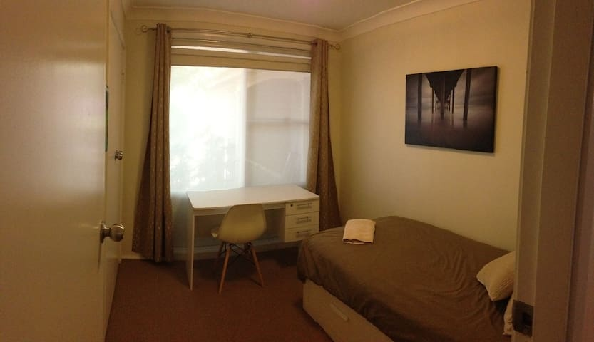 Private Room in family home close to airport. - Botany