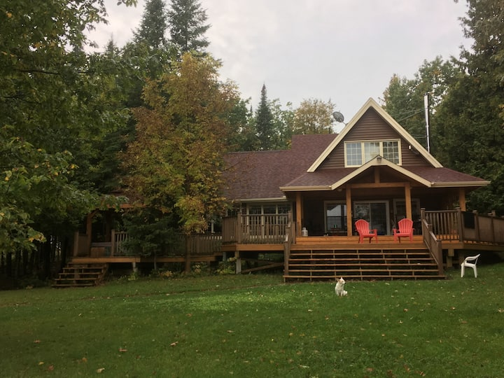 Beach lakefront cottage on Manitoulin Island