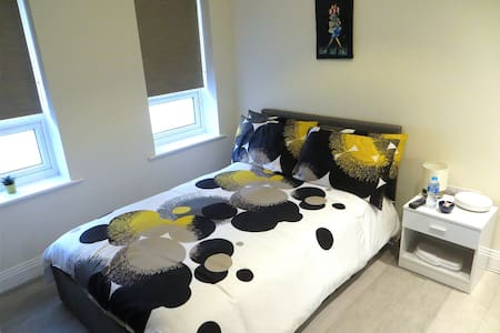 Lovely room with private bathroom in Maidenhead - Maidenhead - Lejlighed