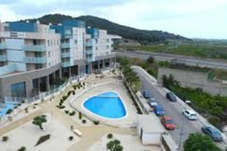 Una urbanización tranquila a 3 km de la playa con zona de parking gratuita y a pie de montaña!