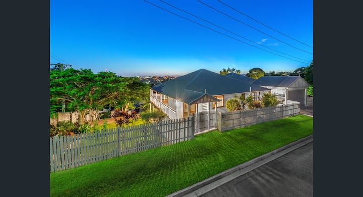 City VIEWS in spacious family home 4km from CBD
