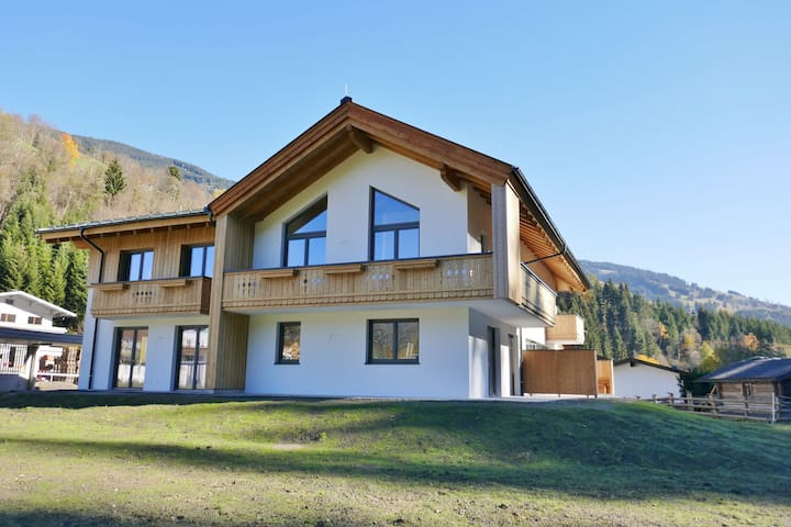 Spacious Chalet in Saalbach-Hinterglemm with Sauna