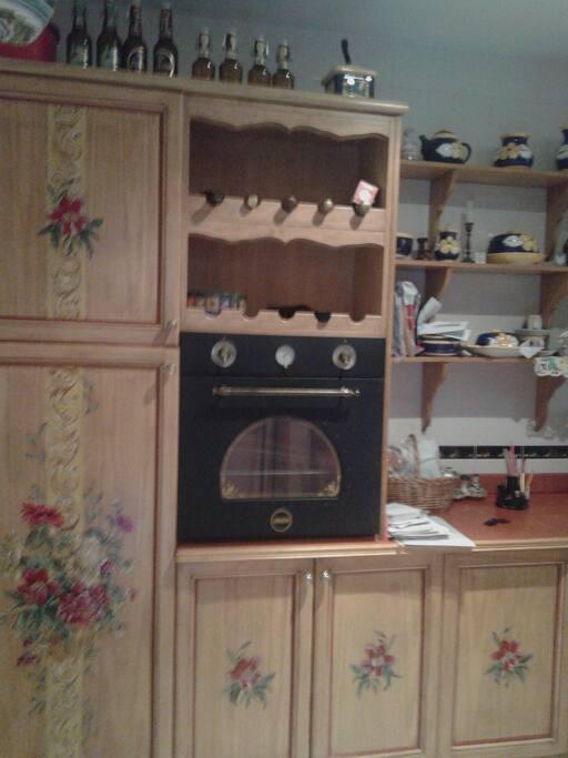 Detalle del horno y botellero de la cocina