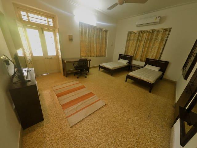 """SEREN"" Room at Srinekatan Heritage Villa Homestay - Ахмедабад"