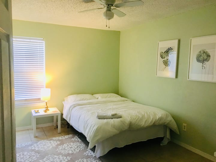 **Relax in Neat & Lively  Private room w/Queen Bed