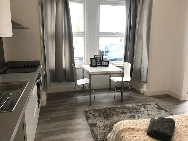 Modern ground floor flat for 2 people in NW London