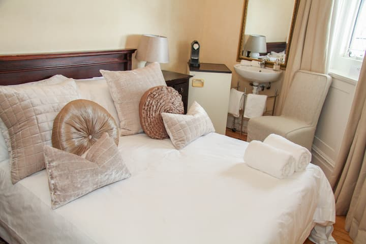 Ashby Manor Guest House - Budget Double Room with Shared Bathroom