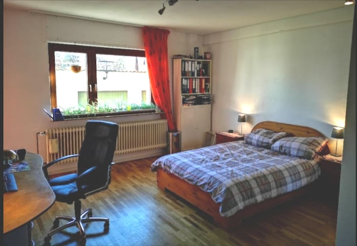 Cosy, snuggly room in bright Northwestern Flat