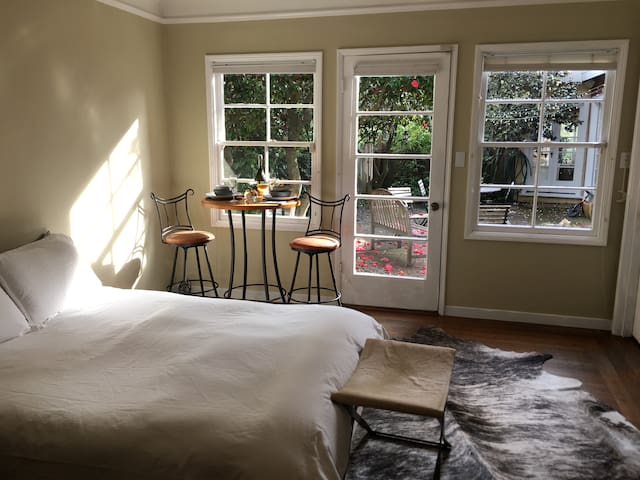 Comfortable Romantic Room in the Berkeley Hills