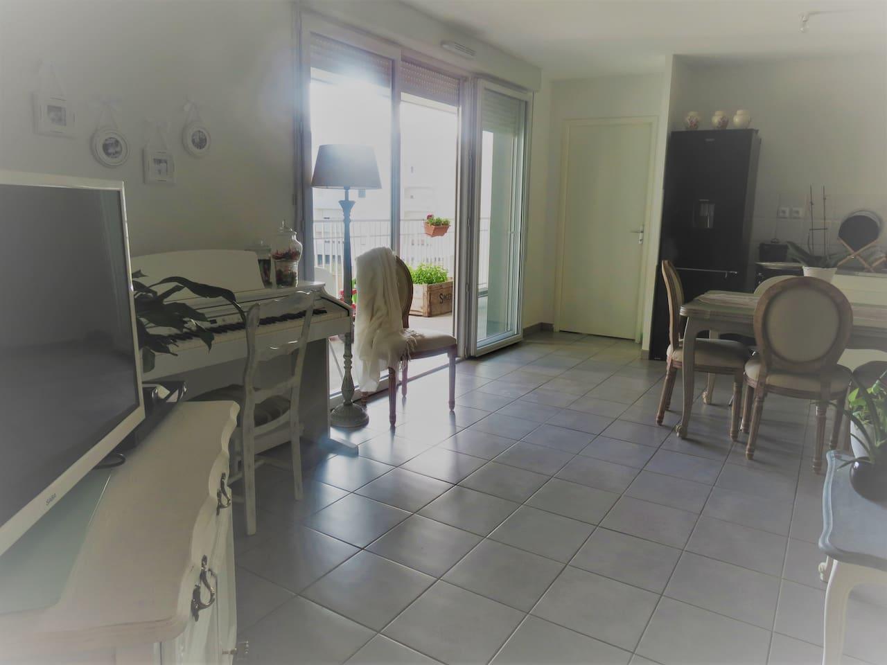 Salon/ salle à manger/ cuisine équipée