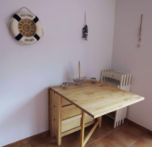 Mesa de comedor para 6 personas plegable igual que las sillas para obtener mayor espacio